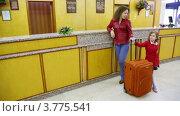 Купить «Мама с дочкой и чемоданом стоят у стойки ресепшн в отеле», видеоролик № 3775541, снято 13 марта 2012 г. (c) Losevsky Pavel / Фотобанк Лори