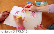 Купить «Женщина и маленькая девочка рисуют принцессу на листе бумаги разноцветными фломастерами», видеоролик № 3775545, снято 13 марта 2012 г. (c) Losevsky Pavel / Фотобанк Лори