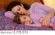 Купить «Мама с дочкой лежат на кровати, мама спит, а дочка корчит рожи», видеоролик № 3775573, снято 13 марта 2012 г. (c) Losevsky Pavel / Фотобанк Лори