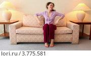 Купить «Женщина удобно устраивается на диване в гостиной», видеоролик № 3775581, снято 14 марта 2012 г. (c) Losevsky Pavel / Фотобанк Лори