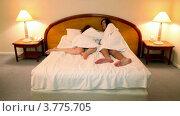 Купить «Мужчина и женщина в банных халатах входят в спальню и ложатся на кровать», видеоролик № 3775705, снято 12 марта 2012 г. (c) Losevsky Pavel / Фотобанк Лори