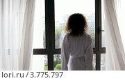 Купить «Женщина в банном халате подходит к окну, раздвигает шторы и смотрит на улицу», видеоролик № 3775797, снято 11 марта 2012 г. (c) Losevsky Pavel / Фотобанк Лори