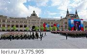 Купить «Вооруженные солдаты  маршируют на параде в честь праздника Победы», видеоролик № 3775905, снято 31 января 2012 г. (c) Losevsky Pavel / Фотобанк Лори