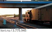 Купить «Железнодорожный состав проезжает под автомобильным мостом вечером», видеоролик № 3775945, снято 24 февраля 2012 г. (c) Losevsky Pavel / Фотобанк Лори