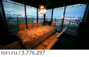 Купить «Большой стол в ресторане», видеоролик № 3776297, снято 26 февраля 2012 г. (c) Losevsky Pavel / Фотобанк Лори