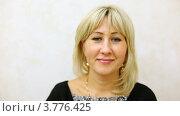 Купить «Женщина блондинка приветливо улыбается, на светлом фоне», видеоролик № 3776425, снято 7 февраля 2012 г. (c) Losevsky Pavel / Фотобанк Лори
