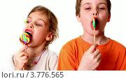 Купить «Мальчик и маленькая девочка с леденцами на палочке на белом фоне», видеоролик № 3776565, снято 21 января 2012 г. (c) Losevsky Pavel / Фотобанк Лори
