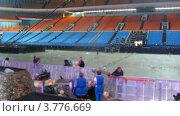 Купить «Рабочие убирают мусор после концерта», видеоролик № 3776669, снято 2 февраля 2012 г. (c) Losevsky Pavel / Фотобанк Лори
