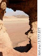 Окно в скале из песчаника в пустыне Негев, Израиль. Стоковое фото, фотограф Shlomo Polonsky / Фотобанк Лори