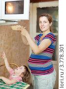 Купить «Беременная женщина разогревает еду в микроволновой печи», фото № 3778301, снято 9 августа 2012 г. (c) Яков Филимонов / Фотобанк Лори