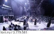 Купить «Рабочие убирают стулья из зала после парада манекенов VOLVO», видеоролик № 3779581, снято 27 апреля 2012 г. (c) Losevsky Pavel / Фотобанк Лори