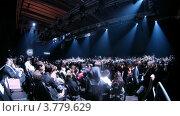Купить «Посетители общаются до показа мод на VOLVO (таймлапс)», видеоролик № 3779629, снято 27 апреля 2012 г. (c) Losevsky Pavel / Фотобанк Лори