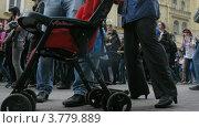 Купить «Толпы людей идут по старому Арбату на параде мыльных пузырей, таймлапс», видеоролик № 3779889, снято 27 мая 2012 г. (c) Losevsky Pavel / Фотобанк Лори