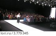 Купить «Зрители смотрят на подиум на Mercedes-Benz Fashion Week», видеоролик № 3779945, снято 16 апреля 2012 г. (c) Losevsky Pavel / Фотобанк Лори