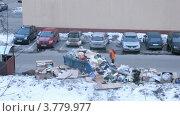 Купить «Куча мусора у мусорного бака рядом с парковкой зимой, таймлапс», видеоролик № 3779977, снято 16 апреля 2012 г. (c) Losevsky Pavel / Фотобанк Лори