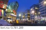 Купить «Покупатели входят и выходят из ТЦ Метрополис вечером», видеоролик № 3781289, снято 26 апреля 2012 г. (c) Losevsky Pavel / Фотобанк Лори