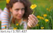 Купить «Молодая женщина с цветком в волосах лежит на лужайке в лесу среди желтых одуванчиков», видеоролик № 3781437, снято 30 июля 2012 г. (c) Losevsky Pavel / Фотобанк Лори