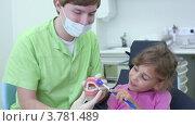 Купить «Девочка на приеме у дантиста в стоматологической клинике», видеоролик № 3781489, снято 25 июля 2012 г. (c) Losevsky Pavel / Фотобанк Лори