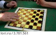 Купить «Люди играют в шашки на столе, видны только руки», видеоролик № 3781561, снято 24 марта 2012 г. (c) Losevsky Pavel / Фотобанк Лори
