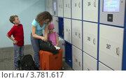 Купить «Мама с детьми сдает багаж в камеру хранения», видеоролик № 3781617, снято 17 июня 2012 г. (c) Losevsky Pavel / Фотобанк Лори