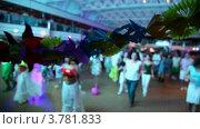 Купить «Много людей танцуют в зале, фокус на гирлянду бумажных цветов», видеоролик № 3781833, снято 15 июня 2012 г. (c) Losevsky Pavel / Фотобанк Лори