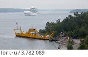 Купить «Паром с автомобилями на причале и крейсер в море», видеоролик № 3782089, снято 13 июля 2012 г. (c) Losevsky Pavel / Фотобанк Лори