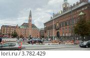 Купить «Люди и автомобили на городской площади Копенгагена (Radhusplatsen)», видеоролик № 3782429, снято 9 июня 2012 г. (c) Losevsky Pavel / Фотобанк Лори
