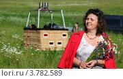 Купить «Женщина стоит перед корзиной воздушного шара и держит букет», видеоролик № 3782589, снято 16 марта 2012 г. (c) Losevsky Pavel / Фотобанк Лори