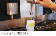 Купить «Наливание чая из автомата», видеоролик № 3782617, снято 5 июня 2012 г. (c) Losevsky Pavel / Фотобанк Лори