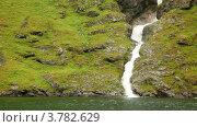 Купить «Горный ручей течет вниз на зеленые камни и впадает в море», видеоролик № 3782629, снято 27 мая 2012 г. (c) Losevsky Pavel / Фотобанк Лори
