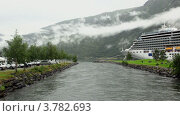 Купить «Кемпинг на берегу реки и огромный лайнер», видеоролик № 3782693, снято 7 июня 2012 г. (c) Losevsky Pavel / Фотобанк Лори