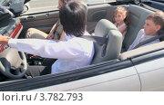 Купить «Родители и двое детей едут в кабриолете по летнему городу», видеоролик № 3782793, снято 27 апреля 2012 г. (c) Losevsky Pavel / Фотобанк Лори