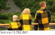 Купить «Родители и маленький мальчик стоят на палубе и смотрят на берег, завернувшись в пледы», видеоролик № 3782861, снято 18 мая 2012 г. (c) Losevsky Pavel / Фотобанк Лори