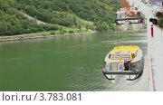 Купить «Пассажиры смотрят, как кран поднимает спасательную лодку с работником на ней», видеоролик № 3783081, снято 16 мая 2012 г. (c) Losevsky Pavel / Фотобанк Лори