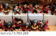 Купить «Много игрушечных викингов с флагами Норвегии на витрине», видеоролик № 3783269, снято 18 мая 2012 г. (c) Losevsky Pavel / Фотобанк Лори