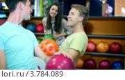 Купить «Два парня и девушка говорят и улыбаются в боулинг клубе», видеоролик № 3784089, снято 7 апреля 2012 г. (c) Losevsky Pavel / Фотобанк Лори