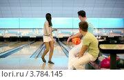 Купить «Два парня смотрят, как девушка делает бросок в боулинг игре», видеоролик № 3784145, снято 7 апреля 2012 г. (c) Losevsky Pavel / Фотобанк Лори