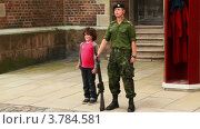 Купить «Маленький мальчик повторяет движение солдата с ружьем на страже», видеоролик № 3784581, снято 21 июня 2012 г. (c) Losevsky Pavel / Фотобанк Лори