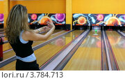 Купить «Девушка бросила шар для боулинга и прыгает от радости», видеоролик № 3784713, снято 28 марта 2012 г. (c) Losevsky Pavel / Фотобанк Лори