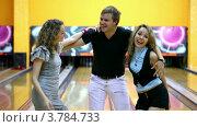 Купить «Две девушки с парнем танцуют близко друг к другу в боулинг клубе», видеоролик № 3784733, снято 28 марта 2012 г. (c) Losevsky Pavel / Фотобанк Лори
