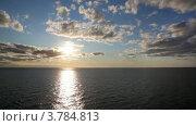 Линия горизонта, море и небо с солнцем и облаками. Стоковое видео, видеограф Losevsky Pavel / Фотобанк Лори
