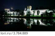Купить «Люди ходят возле стен Новодевичьего монастыря с подсветкой», видеоролик № 3784889, снято 15 июля 2012 г. (c) Losevsky Pavel / Фотобанк Лори
