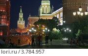 Купить «Туристы на Манежной площади возле Кремля в Москве вечером», видеоролик № 3784957, снято 16 июля 2012 г. (c) Losevsky Pavel / Фотобанк Лори