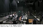 Купить «Рабочие разбирают подиум после парада моделей, таймлапс», видеоролик № 3785537, снято 27 апреля 2012 г. (c) Losevsky Pavel / Фотобанк Лори