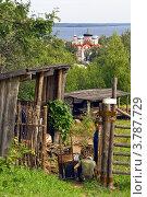 Купить «Козьмодемьянск. Мужчины что-то чинят во дворе дома. Вдалеке Смоленский собор», фото № 3787729, снято 14 августа 2012 г. (c) Никита Ветренный / Фотобанк Лори