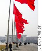 Красные флаги на площади Тяньаньмэнь, Пекин, Китай (2006 год). Редакционное фото, фотограф Виктор Андреев / Фотобанк Лори