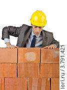 Купить «Строитель смотрит вниз кирпичной стены», фото № 3791421, снято 22 мая 2012 г. (c) Elnur / Фотобанк Лори