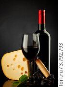 Натюрморт с сыром и красным вином. Стоковое фото, фотограф Иван Михайлов / Фотобанк Лори