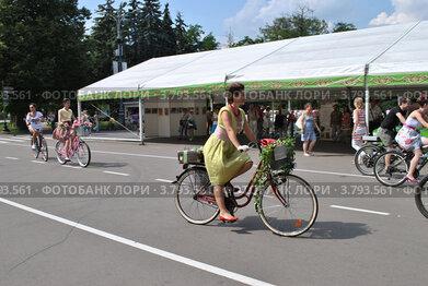 Купить «Велопарад «Леди на велосипеде» в парке «Сокольники». Москва», эксклюзивное фото № 3793561, снято 5 августа 2012 г. (c) lana1501 / Фотобанк Лори