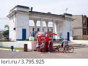 Купить «Люди у автомата с газировкой в парке», эксклюзивное фото № 3795925, снято 15 июня 2012 г. (c) Яков Филимонов / Фотобанк Лори